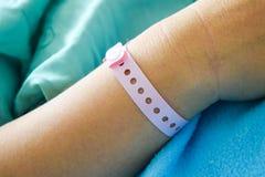 mano paziente con il polso dell'ospedale Fotografie Stock Libere da Diritti