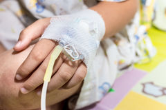 Mano paziente del bambino con il dispositivo di venipunzione salino Fotografie Stock