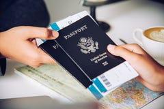 Mano per il passaporto turistico della tenuta alle autorità fotografia stock