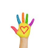 Mano pintada colorida con el símbolo del corazón drenado en las palmas. Foto de archivo libre de regalías