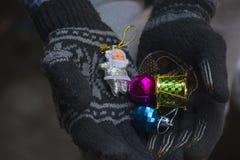 Mano por completo de los regalos para la Navidad imagen de archivo libre de regalías