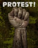 Mano potente del ` s del trabajador en protesta fotografía de archivo