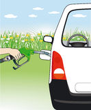 Mano que aprovisiona de combustible el coche de motor Imágenes de archivo libres de regalías