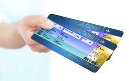 Mano que celebra boletos del documento de embarque de la línea aérea del día de fiesta Foto de archivo libre de regalías