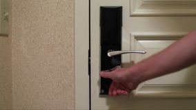Mano que cierra y que cierra la puerta del hotel almacen de metraje de vídeo