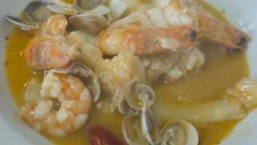 Mano que come la carne de cangrejo azul Cocina mediterránea del estilo de la comida tailandesa de los mariscos metrajes