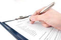 Mano que completa formulario médico del cuestionario Fotos de archivo