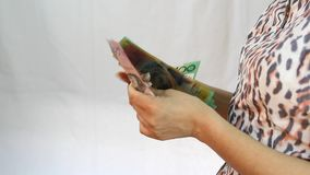 Mano que cuenta billetes de banco del dólar australiano almacen de metraje de vídeo
