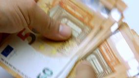 Mano que cuenta 50 billetes de banco euro o la cantidad del primer 4k de las cuentas almacen de metraje de vídeo