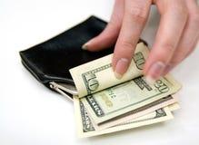 Mano que cuenta el dinero en monedero Foto de archivo
