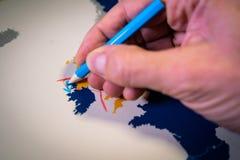 Mano que dibuja una flecha azul entre el Reino Unido y el concepto de Irlanda del Norte, del tope y de Brexit imagenes de archivo