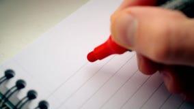 Mano que escribe TE AMO U con el marcador rojo metrajes