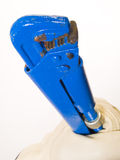 Mano que exprime la herramienta azul Imagen de archivo libre de regalías