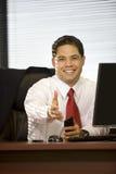 Mano que extiende del hombre de negocios hispánico Imagenes de archivo