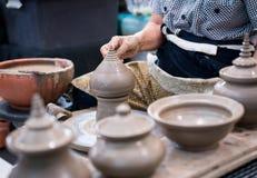 Mano que forma extremidad tradicional de la escultura del hueco de la arcilla en wh de la cerámica imagen de archivo