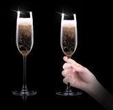 Mano que hace la tostada con el vidrio del champán Foto de archivo libre de regalías