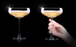 Mano que hace la tostada con el vidrio del champán Imagenes de archivo