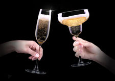 Mano que hace la tostada con el vidrio del champán Imagen de archivo libre de regalías