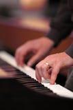 Mano que juega el piano Foto de archivo