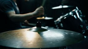 Mano que juega la placa del tambor