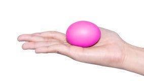Mano que lleva a cabo el día de pascua del huevo Fotografía de archivo