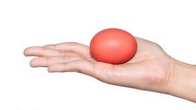 Mano que lleva a cabo el día de pascua del huevo Imagen de archivo libre de regalías