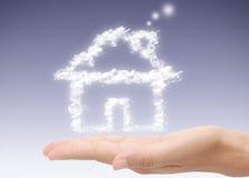 Mano que lleva a cabo el hogar ideal imagen de archivo libre de regalías