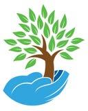 Mano que lleva a cabo el logotipo del árbol ilustración del vector
