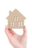 Mano que lleva a cabo el modelo miniatura de la casa Fotografía de archivo