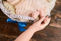 Mano que lleva a cabo el pie del bebé Imagen de archivo libre de regalías