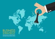 Mano que lleva a cabo la figura del ajedrez con el mapa del mundo infographic Foto de archivo libre de regalías