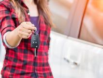 Mano que lleva a cabo los sistemas de alarma para coches teledirigidos Fotos de archivo libres de regalías
