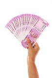 Mano que lleva a cabo 2000 notas de la rupia Foto de archivo