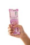 Mano que lleva a cabo 2000 notas de la rupia Imágenes de archivo libres de regalías