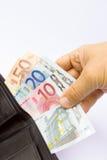 Mano que lleva a cabo notas euro en cartera Fotografía de archivo libre de regalías