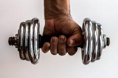 Mano que lleva a cabo pesas de gimnasia fotos de archivo libres de regalías