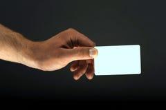 Mano que lleva a cabo un espacio en blanco de la tarjeta de crédito Imagen de archivo