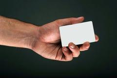 Mano que lleva a cabo un espacio en blanco de la tarjeta de crédito Fotografía de archivo