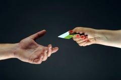 Mano que lleva a cabo un espacio en blanco de la tarjeta de crédito Imagen de archivo libre de regalías