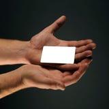 Mano que lleva a cabo un espacio en blanco de la tarjeta de crédito Foto de archivo libre de regalías