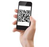Mano que lleva a cabo un qrcode de la exploración de Smartphone Imágenes de archivo libres de regalías