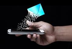 Mano que muestra el icono del smartphone y del mensaje Foto de archivo libre de regalías