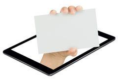 Mano que muestra la tableta de la pantalla de la tarjeta en blanco aislada Imagen de archivo libre de regalías