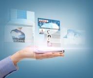 Mano que muestra smartphone con las noticias app Imagenes de archivo