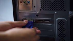 Mano que no puede conectar el conector de VGA con el adaptador video, vieja informática metrajes
