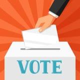 Mano que pone el papel de votación en urna Ejemplo político de las elecciones para las banderas, los sitios web, las banderas y l Fotos de archivo