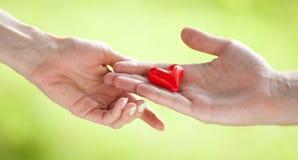 Mano que propone un corazón Foto de archivo
