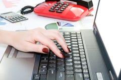 mano que pulsa en el teclado de ordenador. Fotografía de archivo libre de regalías