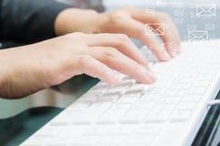 mano que pulsa en el teclado de ordenador Fotografía de archivo