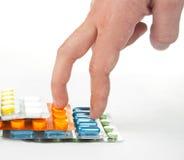 Mano que recorre en las escaleras coloridas de las medicinas Imagenes de archivo
